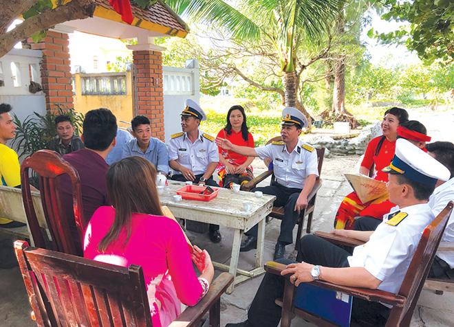 Lãnh đạo Bộ Tư lệnh Vùng 4 Hải quân chúc tết các hộ gia đình trên đảo Song Tử Tây.