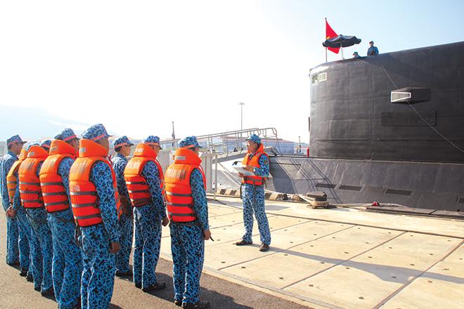 Các cán bộ, chiến sỹ quán triệt quy tắc đảm bảo an toàn trước khi huấn luyện.