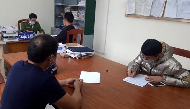 Trường hợp không chấp hành đeo khẩu trang nơi công cộng được mời lên làm việc tại trụ sở Công an thị trấn Yên Thế (Lục Yên)