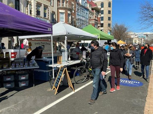 Người dân đeo khẩu trang phòng lây nhiễm COVID-19 tại một khu chợ ở Washington, DC, Mỹ, ngày 21/2/2021.