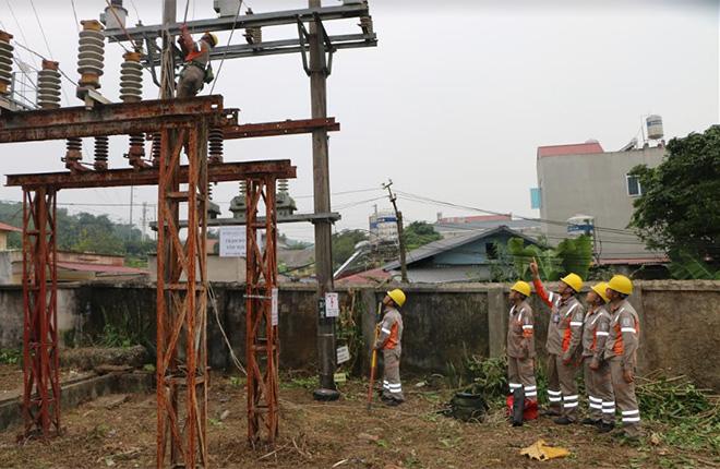 Trong quá trình vận hành hệ thống lưới điện, công nhân Điện lực Yên Bái luôn trang bị đầy đủ bảo hộ lao động.