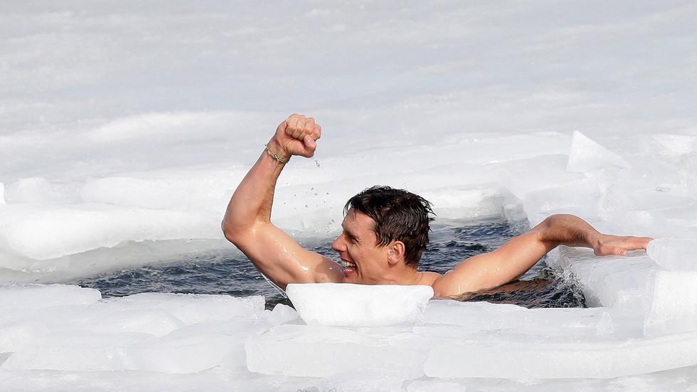 David Vancl khi hoàn thành chặng bơi dài 81 mét dưới lớp băng dày 0,3 mét.
