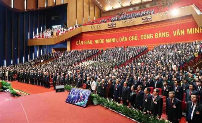 Các đại biểu dự phiên bế mạc thực hiện nghi lễ chào cờ.