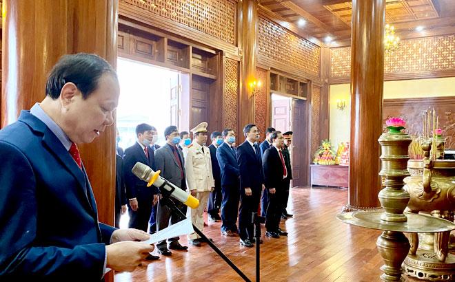 Đoàn đại biểu huyện Yên Bình dâng hương, báo công với Bác về những thành tựu mà địa phương đã đạt được trong thời gian qua.