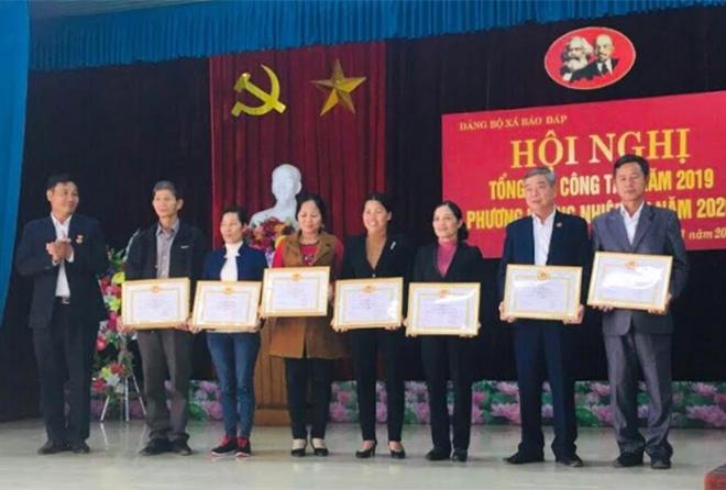 Bí thư Chi bộ Bùi Thị Hoa (thứ 4 từ trái sang) được Đảng ủy xã Báo Đáp khen thưởng vì có thành tích xuất sắc trong thực hiện nhiệm vụ.