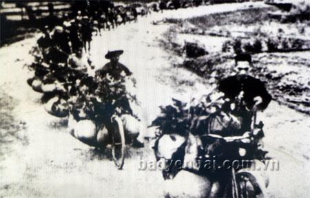 Dân công tiếp viện cho mặt trận Điện Biên Phủ năm 1954.  (Ảnh tư liệu)