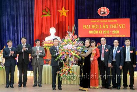 Đồng chí Ngô Thị Chinh - Phó chủ tịch UBND tỉnh tặng hoa chúc mừng Ban Chấp hành nhiệm kỳ mới.