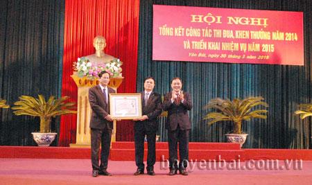 Thừa ủy quyền của Chủ tịch nước, đồng chí Phạm Duy Cường - Bí thư Tỉnh ủy, Chủ tịch UBND tỉnh trao tặng Huân chương Độc lập hạng Ba cho cán bộ và nhân dân huyện Văn Yên.