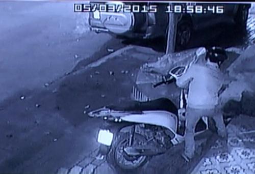 Bằng thủ đoạn hết sức tinh vi, tên trộm đã nhanh chóng phá khóa chiếc xe và tẩu thoát