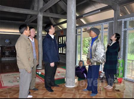 Lãnh đạo huyện Yên Bình kiểm tra chất lượng công trình nhà ở theo Chương trình 167 ở xã Yên Bình.