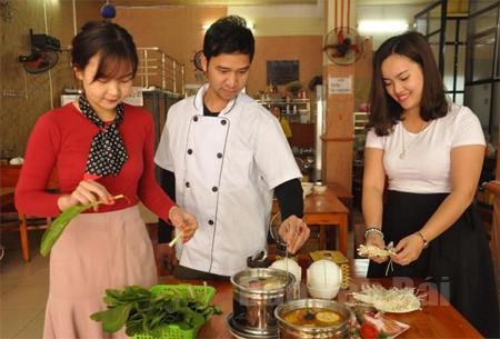 Cô chủ Hoàng Anh (bên phải) luôn sáng tạo để mang đến một thế giới ẩm thực đa dạng phục vụ thực khách.