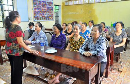 Cán bộ Hội Phụ nữ phường Đồng Tâm, thành phố Yên Bái tuyên truyền kiến thức pháp luật cho hội viên.