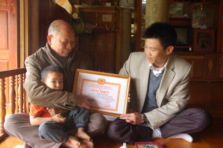 Ông Đặng Văn Quang (trái) được các cấp, ngành tặng thưởng nhiều bằng khen, giấy khen.