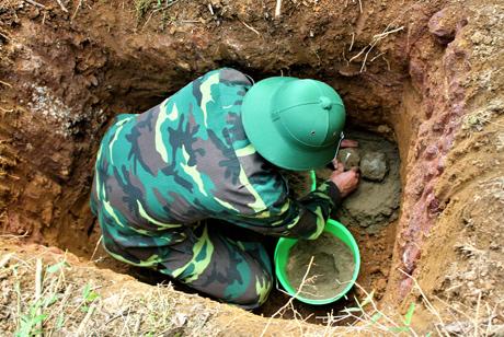 Cán bộ Ban Công binh Bộ CHQS tỉnh tiến hành hủy nổ bom.