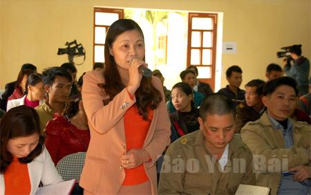 Cử tri xã Hồng Ca phát biểu trình bày tâm tư, nguyện vọng với các đại biểu HĐND huyện Trấn Yên tại cuộc tiếp xúc với cử tri trên địa bàn.