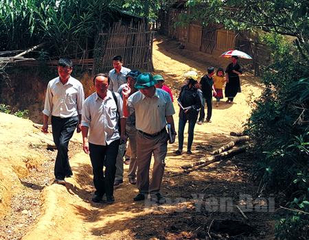 Các cán bộ y tế dự phòng giám sát dịch lỵ tại xã Kim Nọi, huyện Mù Cang Chải.
