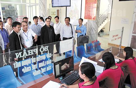 Đoàn công tác của Sở Tài nguyên và Môi trường tỉnh Say Nhạ Bu Ly (Cộng hòa Dân chủ nhân dân Lào) tham quan mô hình