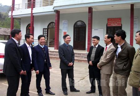 Bí thư Đảng ủy xã Bùi Đức Trung (đứng giữa) cùng lãnh đạo xã Minh Bảo trao đổi với đảng viên đang công tác những nội dung khi sinh hoạt tại nơi cư trú.