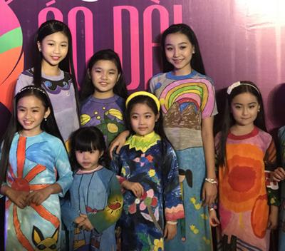 Trẻ em mặc áo dài tham dự Lễ bế mạc Lễ hội Áo dài TP Hồ Chí Minh.