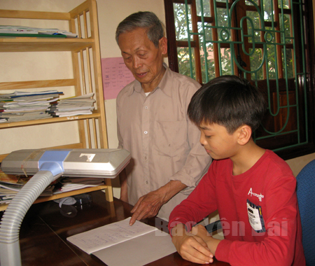 Ông Hà Minh Tiến thường xuyên động viên các cháu học tập tốt.