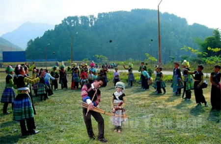 Bản sắc văn hóa truyền thống của các dân tộc được gìn giữ và phát huy thông qua sinh hoạt văn hóa cộng đồng.