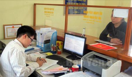 """Giải quyết các thủ tục hành chính tại bộ phận """"một cửa"""" ở Văn Yên luôn mang lại sự hài lòng cho người dân."""