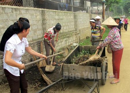 """Phụ nữ xã Xuân Long (Yên Bình) tích cực thực hiện Phong trào """"5 không, 3 sạch""""."""