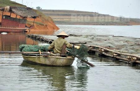Nuôi trồng và đánh bắt thủy sản trên hồ Thác Bà đem lại thu nhập khá cho người dân xã Mông Sơn.