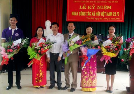 Lãnh đạo Sở Lao động Thương binh và Xã hội tỉnh khen thưởng những cá nhân có thành tích xuất sắc công tác xã hội.
