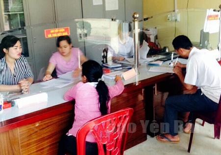 """Cán bộ bộ phận """"một cửa"""" xã Phú Thịnh giúp người dân giải quyết thủ tục hành chính nhanh gọn."""