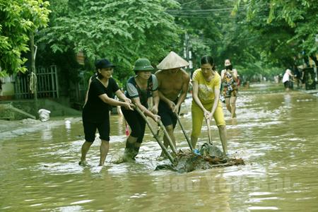 Nhân dân thành phố Yên Bái khắc phục hậu quả sau bão. (Ảnh: Thanh Miền)