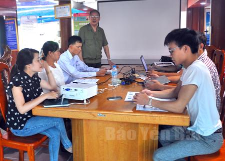 Cựu thanh niên xung phong Nguyễn Văn Lũy điều hành công việc tại doanh nghiệp.