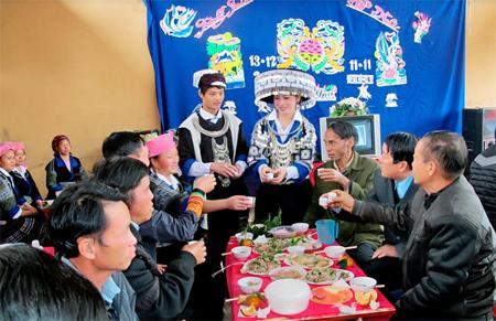 Đám cưới của người Mông thực hiện theo nếp sống mới. (Ảnh: A Hồng)