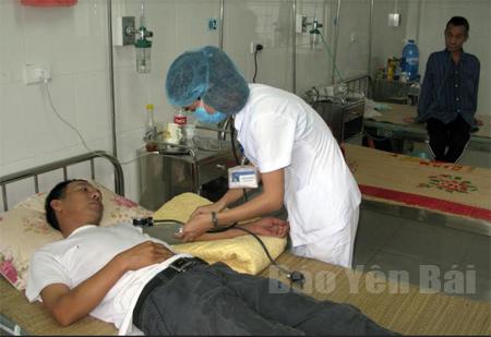 Thăm khám cho bệnh nhân tại Bệnh viện Lao và bệnh phổi tỉnh.