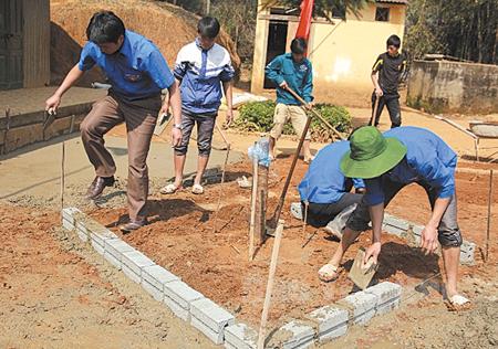 Đoàn viên thanh niên xã Nậm Khắt xây dựng khuôn viên sân chơi tại điểm trường Làng Sang.