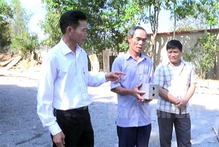 Ông Nguyễn Hữu Lưu (giữa) đang giới thiệu sản phẩm gạch ba vanh với khách hàng.