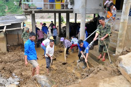 Lực lượng vũ trang và nhân dân cùng khắc phục hậu quả thiên tai.