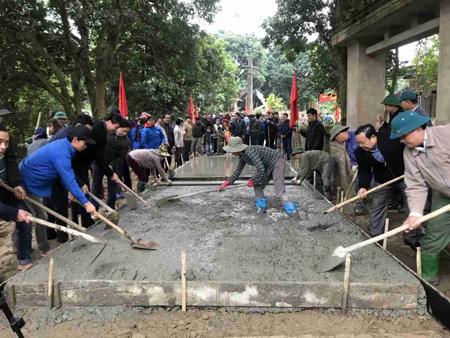 Nhân dân xã Lâm Giang chung sức làm đường giao thông nông thôn.