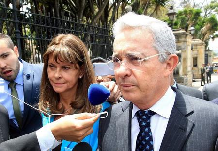 Cựu Tổng thống Colombia Alvaro Uribe - bên phải.