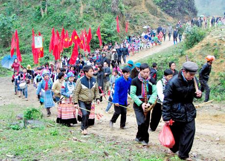 Người dân xã Nà Hẩu (Văn Yên) nô nức lên núi - nơi thực hiện Lễ cúng rừng.