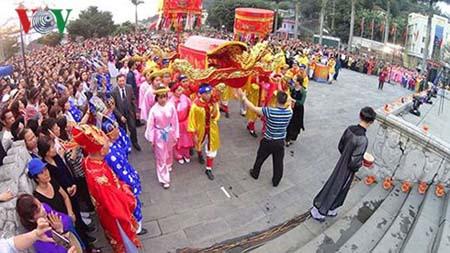 14h chiều 18/3, hàng nghìn người dân đã tham gia đoàn rước nghinh Đức Ông về nơi an ngự.