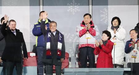Chủ tịch Ủy ban Paralympic quốc tế Andrew Parsons (trái) và Tổng thống Hàn Quốc Moon Jae-in (thứ hai, trái) ở lễ bế mạc Paralympic PyeongChang 2018 tại PyeongChang, Hàn Quốc ngày 18/3.