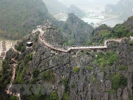 Chiếc cầu kiên cố bắc từ đỉnh núi này qua đỉnh núi khác để làm đường đi cho khách.