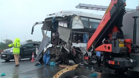 Hiện trường vụ tai nạn giữa xe khách và xe cứu hỏa trên cao tốc Pháp Vân - Cầu Giẽ.