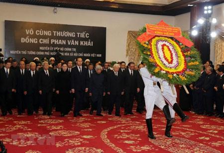 Sáng 20/3, tại Trung tâm Hội nghị Quốc tế (Hà Nội), Hội trường Thống Nhất (Thành phố Hồ Chí Minh), lễ viếng nguyên Thủ tướng Phan Văn Khải theo nghi thức Quốc tang đã diễn ra trọng thể.