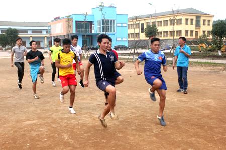 Các VĐV Trường Cao đẳng Nghề Yên Bái trong giờ tập luyện.