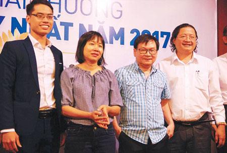 Các tác giả đoạt giải best-seller (từ trái qua): đại diện cho tác giả Tony Buổi Sáng, nhà văn Nguyễn Ngọc Tư, nhà văn Nguyễn Nhật Ánh… và ông Nguyễn Minh Nhựt (Giám đốc kiêm Tổng biên tập NXB Trẻ - đơn vị trao giải thưởng).