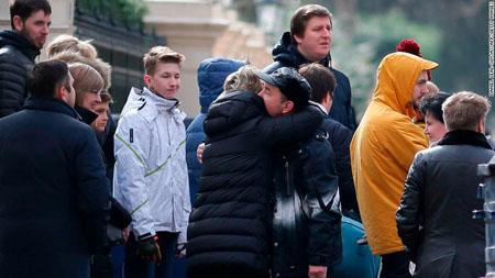 Các nhà ngoại giao Nga chào tạm biệt khi lên đường trở về nước sau lệnh trục xuất.