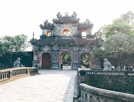 Cố đô Huế với nhiều di tích lịch sử được UNESCO công nhận là Di sản thế giới .