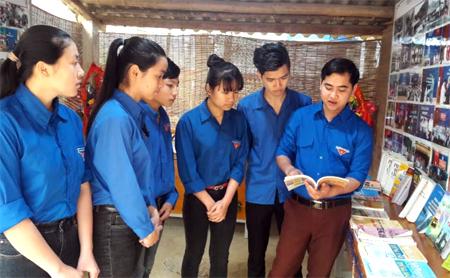 Thầy giáo Lưu Hồng Quân (bên phải) cùng các em học sinh chia sẻ kinh nghiệm sau giờ học.